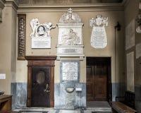 Λεπτά χαρασμένες ταφόπετρες που διακοσμούν τον τοίχο στην είσοδο στο SAN Lorenzo σε Lucina Στοκ Φωτογραφίες