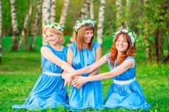 Λεπτά όμορφα κορίτσια που γελούν στο ηλιοβασίλεμα Στοκ Εικόνες