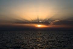 Λεπτές ακτίνες του ήλιου στο ηλιοβασίλεμα στη θάλασσα Στοκ εικόνα με δικαίωμα ελεύθερης χρήσης