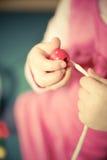 Λεπτές δεξιότητες μηχανών pratice παιδιών Στοκ φωτογραφίες με δικαίωμα ελεύθερης χρήσης