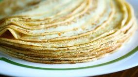 Λεπτές τηγανίτες που συσσωρεύονται σε ένα πιάτο σε έναν σωρό απόθεμα βίντεο