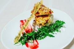 Λεπτή έξοχη σαλάτα με τις migdal ξηραμένες από τον ήλιο ντομάτες της Τουρκίας arugula και πράσινα σε ένα άσπρο πιάτο σε ένα άσπρο Στοκ εικόνα με δικαίωμα ελεύθερης χρήσης