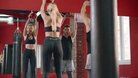 Λεπτή γυναίκα που κάνει την κοντόχοντρη άσκηση με τη σφαίρα στη λέσχη γυμναστικής φιλμ μικρού μήκους