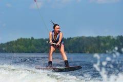 Λεπτή γυναίκα που οδηγά wakeboard στο κύμα της βάρκας Στοκ φωτογραφίες με δικαίωμα ελεύθερης χρήσης