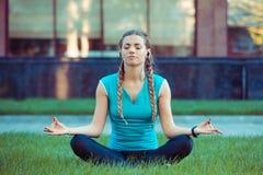 Λεπτή γυναίκα Meditating στο λιβάδι στοκ φωτογραφίες