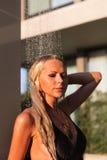 Λεπτή ξανθή γυναίκα που παίρνει το ντους κοντά στη λίμνη υπαίθρια Στοκ φωτογραφίες με δικαίωμα ελεύθερης χρήσης