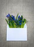 Λεπτή ομολογία ερωτευμένη Άσπροι φάκελος και λουλούδια Στοκ Εικόνες