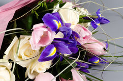 Λεπτή όμορφη ανθοδέσμη της ίριδας, των τριαντάφυλλων και άλλων λουλουδιών μέσα Στοκ Εικόνα