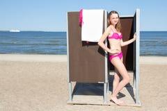 Λεπτή όμορφη γυναίκα στη μεταβαλλόμενη καμπίνα στην παραλία στοκ φωτογραφία με δικαίωμα ελεύθερης χρήσης