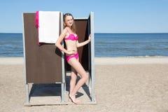 Λεπτή όμορφη γυναίκα στο θαλαμίσκο στην παραλία στοκ φωτογραφία