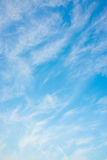 Λεπτοί σύννεφα και μπλε ουρανός Στοκ εικόνα με δικαίωμα ελεύθερης χρήσης