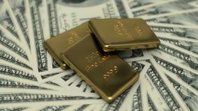 Λεπτοί χρυσοί φραγμοί και 100 τραπεζογραμμάτια Δολ ΗΠΑ απόθεμα βίντεο