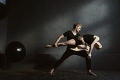 Λεπτοί gymnasts που χορεύουν στην αλληλεπίδραση ο ένας με την άλλη Στοκ Εικόνα