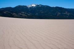 Λεπτομέρεια αμμόλοφων άμμου με το βουνό στο μεγάλο εθνικό πάρκο Κολοράντο αμμόλοφων άμμου Στοκ εικόνα με δικαίωμα ελεύθερης χρήσης