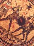 Λεπτομέρεια από ένα παλαιό ιστορικό ελληνικό χρώμα πέρα από ένα πιάτο Μυθικοί ήρωες και Θεοί που παλεύουν σε το στοκ φωτογραφία με δικαίωμα ελεύθερης χρήσης