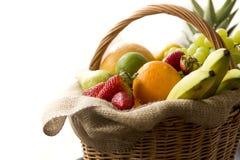 Λεπτομέρεια από την πλευρά σε ένα σύνολο καλαθιών των φρέσκων βιο φρούτων στο άσπρο υπόβαθρο Στοκ φωτογραφία με δικαίωμα ελεύθερης χρήσης