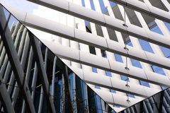 Λεπτομέρεια από το σύγχρονο κτίριο γραφείων, δομή ακτίνων μετάλλων Στοκ φωτογραφία με δικαίωμα ελεύθερης χρήσης