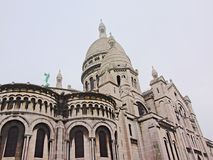 Λεπτομέρεια αρχιτεκτονικής της βασιλικής της ιερής καρδιάς του Παρισιού μια συννεφιάζω ημέρα Στοκ εικόνα με δικαίωμα ελεύθερης χρήσης