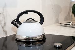 Λεπτομέρεια ενός άσπρου σφυρίζοντας δοχείου καφέ σε μια επαγωγή 2 στοκ φωτογραφία με δικαίωμα ελεύθερης χρήσης