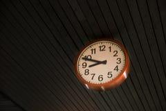 Λεπτομέρεια ενός κοκκίνου γύρω από το ρολόι τοίχων στη στέγη Στοκ φωτογραφίες με δικαίωμα ελεύθερης χρήσης