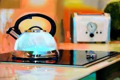 Λεπτομέρεια ενός σφυρίζοντας κατασκευαστή καφέ και μιας φρυγανιέρας σε μια επαγωγή 2 στοκ φωτογραφία