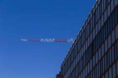 Λεπτομέρεια ενός σύγχρονου κτηρίου με το γερανό οικοδόμησης στο Backg Στοκ φωτογραφία με δικαίωμα ελεύθερης χρήσης