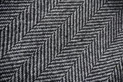 Λεπτομέρεια ενός σύγχρονου μάλλινου πορτοφολιού με τις μαύρες & άσπρες γραμμές με μορφή των βελών (σχέδιο κόκκαλων ψαριών) Στοκ φωτογραφία με δικαίωμα ελεύθερης χρήσης