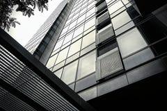 Λεπτομέρεια ενός σύγχρονου υψηλού γραφείου ανόδου ή ενός κατοικημένου κτηρίου σε ένα κέντρο πόλεων στοκ φωτογραφία