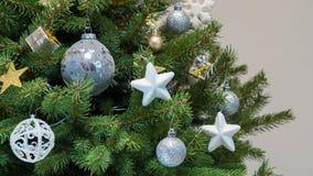 Λεπτομέρεια ενός χριστουγεννιάτικου δέντρου σχεδίου με τις άσπρες, ασημένιες και χρυσές διακοσμήσεις Στοκ Φωτογραφία