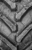Λεπτομέρεια επάνω στενή μιας ρόδας που προχωρείται από ένα τρακτέρ ή άλλα βαρέων καθηκόντων μηχανήματα κατασκευής Στοκ Εικόνα