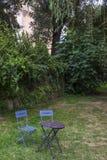Λεπτομέρεια κήπων με δύο καρέκλες ένας ένας πίνακας στην επαρχία στοκ φωτογραφία