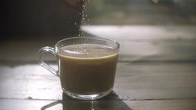 Λεπτομέρεια και κουταλάκι του γλυκού φλυτζανιών καφέ Χύνοντας ζάχαρη στο φλυτζάνι καφέ απόθεμα βίντεο
