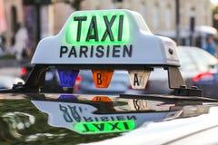 Λεπτομέρεια και Arc de Triomphe ταξί του Παρισιού στο υπόβαθρο Στοκ εικόνα με δικαίωμα ελεύθερης χρήσης