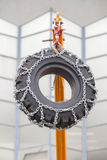 Λεπτομέρεια κατασκευής: Γερανός που ανυψώνει μια ρόδα Στοκ φωτογραφία με δικαίωμα ελεύθερης χρήσης