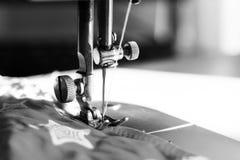 Λεπτομέρεια κινηματογραφήσεων σε πρώτο πλάνο της ράβοντας μηχανής Στοκ φωτογραφίες με δικαίωμα ελεύθερης χρήσης