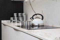 Λεπτομέρεια μιας άσπρης σφυρίζοντας μηχανής καφέ και μια περίπτωση σε μια επαγωγή στοκ φωτογραφίες με δικαίωμα ελεύθερης χρήσης