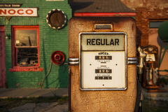 Λεπτομέρεια μιας αντλίας αερίου σε ένα παλαιό βενζινάδικο Conoco αερίου κατά μήκος της ιστορικής διαδρομής 66 στην πόλη του εμπορ στοκ εικόνα