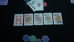 Λεπτομέρεια μιας βασιλικής εκροής στο μαύρο υπόβαθρο Βασιλική εκροή του φτυαριού στο παιχνίδι πόκερ σε ένα μαύρο υπόβαθρο Φορέας  στοκ φωτογραφία