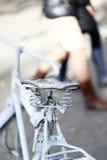 Λεπτομέρεια μιας εκλεκτής ποιότητας σέλας ποδηλάτων με ένα όμορφο bokeh. Στοκ Φωτογραφία