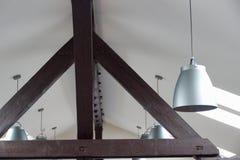 Λεπτομέρεια μιας εσωτερικής ξύλινης ακτίνας στο ανώτατο όριο στοκ εικόνα