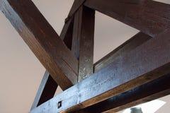 Λεπτομέρεια μιας εσωτερικής ξύλινης ακτίνας στο ανώτατο όριο στοκ φωτογραφίες