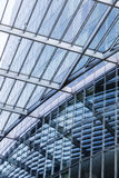Λεπτομέρεια μιας στέγης γυαλιού που αντανακλά σε έναν σύγχρονο ουρανοξύστη Στοκ Φωτογραφία