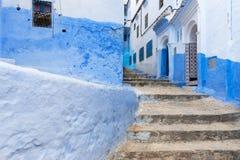 Λεπτομέρεια μιας στενής οδού στην πόλη βουνών Chefchaouen με τα μπλε κτήρια, στο Μαρόκο Στοκ Εικόνα
