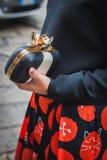 Λεπτομέρεια μιας τσάντας έξω από τις επιδείξεις μόδας Byblos που χτίζουν για την εβδομάδα 2014 μόδας των γυναικών του Μιλάνου Στοκ εικόνες με δικαίωμα ελεύθερης χρήσης
