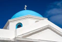 Λεπτομέρεια Μύκονος, Ελλάδα οικοδόμησης εκκλησιών Παρεκκλησι με το σταυρό στον μπλε θόλο με τη συμπαθητική αρχιτεκτονική Εκκλησία Στοκ εικόνες με δικαίωμα ελεύθερης χρήσης