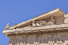 Λεπτομέρεια ναών αρχαίου Έλληνα, άτομο που καθορίζει το άγαλμα Στοκ Εικόνες