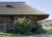 Παραδοσιακό μαύρο δασικό farmstead Στοκ φωτογραφία με δικαίωμα ελεύθερης χρήσης