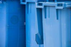 Λεπτομέρεια που πυροβολείται των μπλε απορριμάτων στοκ εικόνα με δικαίωμα ελεύθερης χρήσης