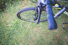 Λεπτομέρεια ποδηλάτων και πράσινη χλόη Στοκ φωτογραφίες με δικαίωμα ελεύθερης χρήσης