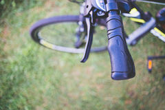 Λεπτομέρεια ποδηλάτων και πράσινη χλόη Στοκ φωτογραφία με δικαίωμα ελεύθερης χρήσης